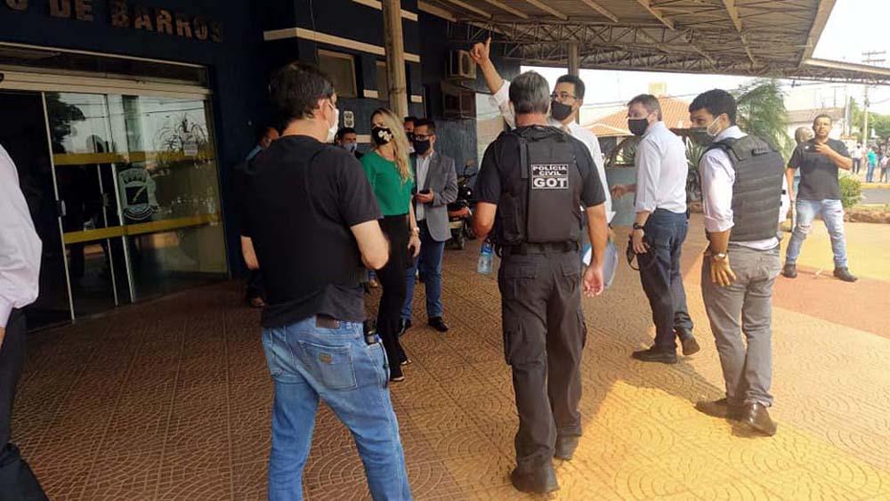Delegado Marcelo Zompero (braço erguido), coordenou a operação, acompanhado da promotora Regislaine Topazzi (verde). Foto: MANOEL MESSIAS/Agência