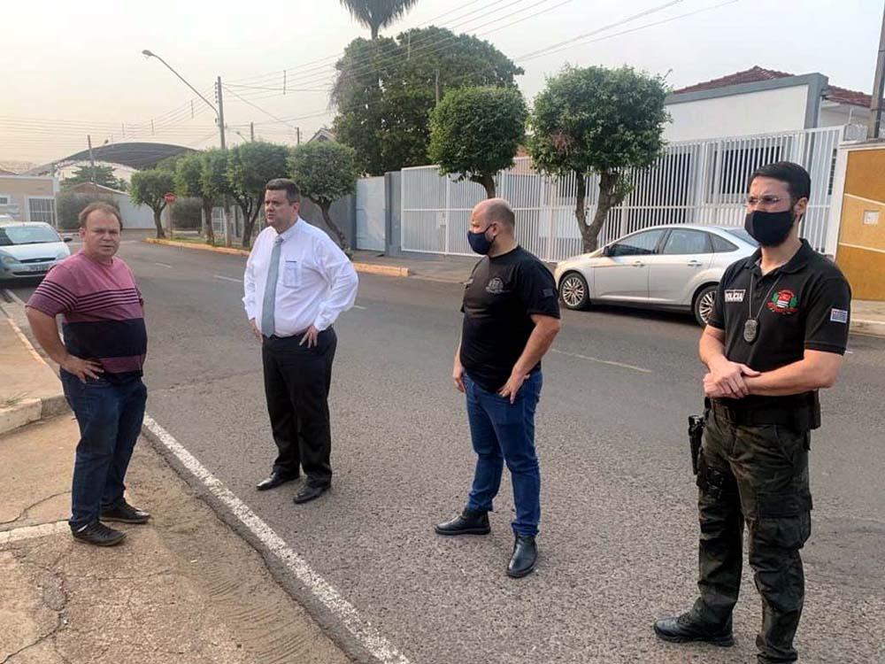 A partir da esq,, Antônio Carlos Galli, o advogado Sérgio Ortuzal, da OAB de Andradina e policiais civis. Foto: DIVULGAÇÃO