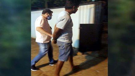 Momento em que policial civil leva acusado para o exame de corpo delito no IML. Foto: MANOEL MESSIAS/Agência
