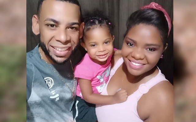 Maria Luiz, de apenas 2 anos e 9 meses, com os pais, Anderson Vilela e Milena de Brito. Foto: Arquivo de Família