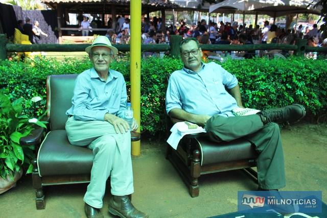 Antonio Figueira Junior (dir.), com o advogado Adauto Arantes de Almeida, também no leilão da Apae de Andradina. Foto: MANOEL MESSIAS/Mil Noticias