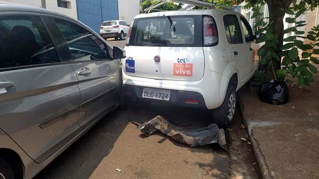 Já o Fiat Uno Vivasse sofreu amassamento de seu parachoque e paralama traseiro esquerdo. Foto: MANOEL MESSIAS/Agência