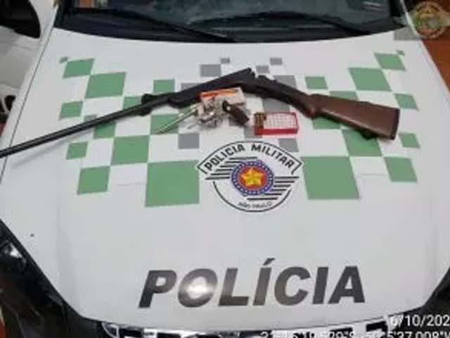 Foram apreendidas uma espingarda e munições. Foto: PMA