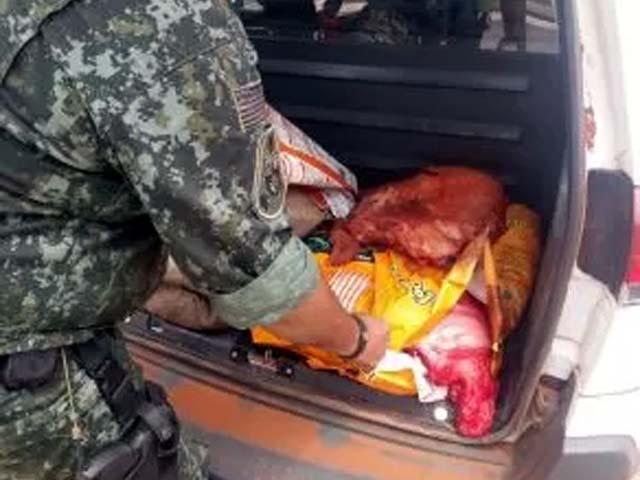 No bagageiro do veículo foram encontrados 120 Kg de carne de anta. Foto: PMA