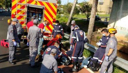 Momento em que a vítima estava sendo socorrida na av. Nuno pelos bombeiros e Samu / Foto: JC Imagens