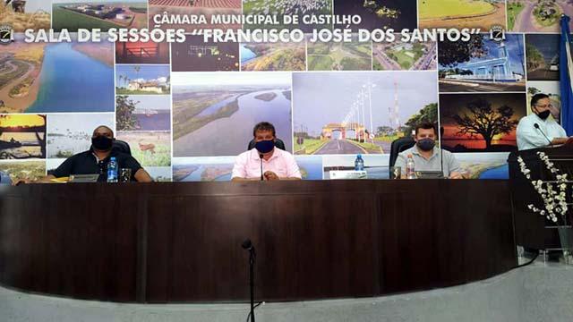 Mesa diretoria formada por Waguinho, Tião Japonês e João Paulo (a partir da esq.). Foto: MANOEL MESSIAS/Agência
