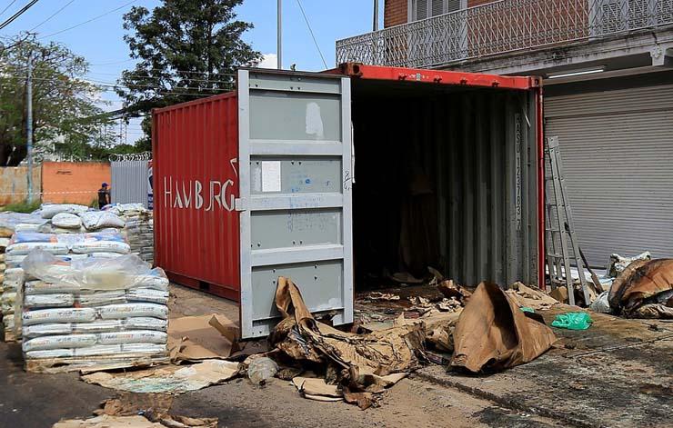 Foto mostra contêiner em Assunção, no Paraguai, na sexta-feira (23), onde autoridades encontraram corpos decompostos dentro de um carregamento de fertilizantes que deixou a Sérvia há três meses. — Foto: Jorge Adorno/Reuters.