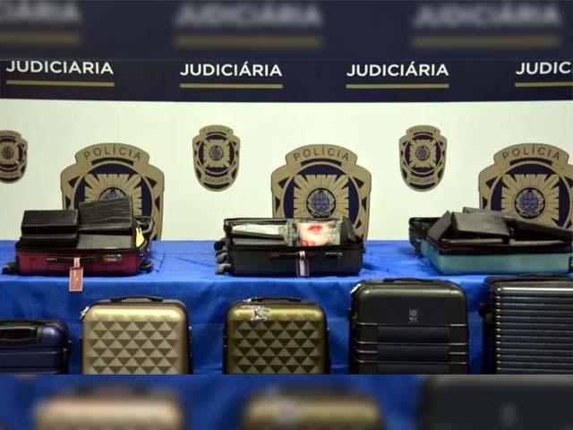 Oito malas contendo mais de 170 kg de cocaína, avaliada em 6 milhões de euros, o que equivale a cerca de R$ 40 milhões. Foto: Polícia Judiciária de Portugal