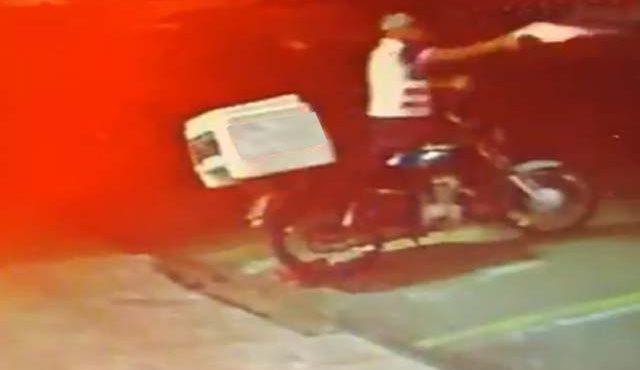 Momento em que um dos acusados efetua disparos contra uma das vítimas. Foto: Reprodução