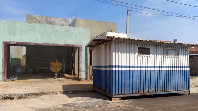 Container arrombado fica em frente de uma residência em construção na rua Jesuíno Lima, jardim Nova Esperança. Foto: MANOEL MESSIAS/Agência