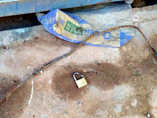 Cadeados foram estourados com o uso de barra de ferro. Foto: DIVULGAÇÃO