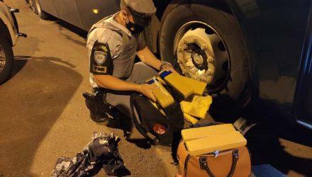 Fiscalização encontrou drogas na bagagem de passageiro de um ônibus — Foto: Polícia Militar Rodoviária.