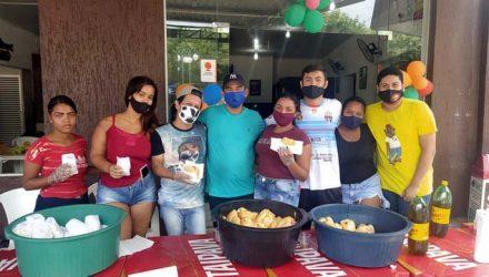 Agnaldo (camiseta verde), e seu time de colaboradores, dando show de solidariedade. Foto: MANOEL MESSIAS/Mil Noticias