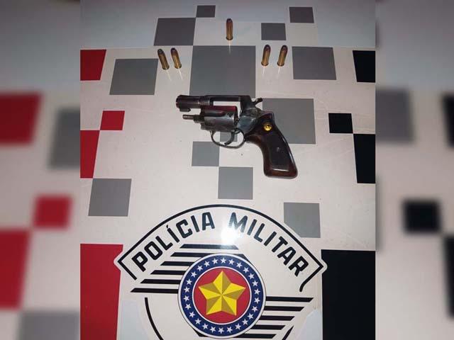 Foram apreendidos um revólver calibre .38mm, acabamento cromado, cano medindo 2 polegadas, municiado com 5 munições intactas. Foto: DIVULGAÇÃO/PM
