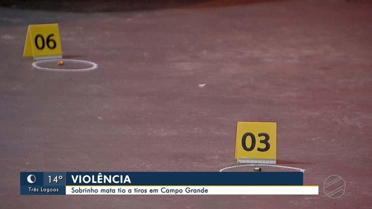 Perícia marca os locais onde foram encontradas munições deflagradas — Foto: Reprodução/TV Morena.