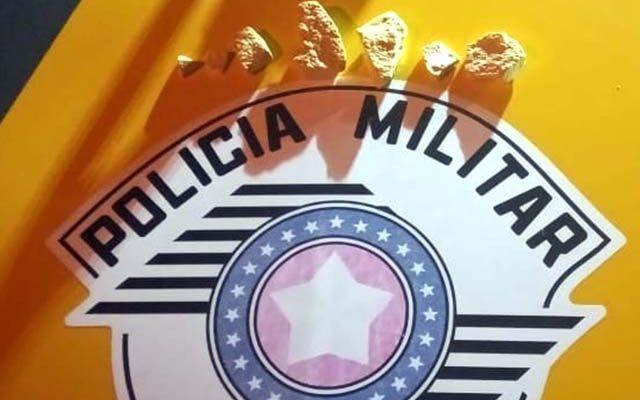 """Foram apreendidas 6 pedras de """"pasta base de cocaína"""", totalizando 34 gramas. Foto: DIVULGAÇÃO/PM"""