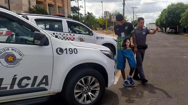 Passageiro do Gol, e L. B. A. S., 23,  assumiu a propriedade da droga e disse que pagou por ela o valor de R$ 2,5 mil. Foto: MANOEL MESSIAS/Agência