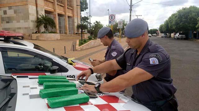Policiais militares separam os produtos apreendidos para apresentação da ocorrência. Foto: MANOEL MESSIAS/Agência