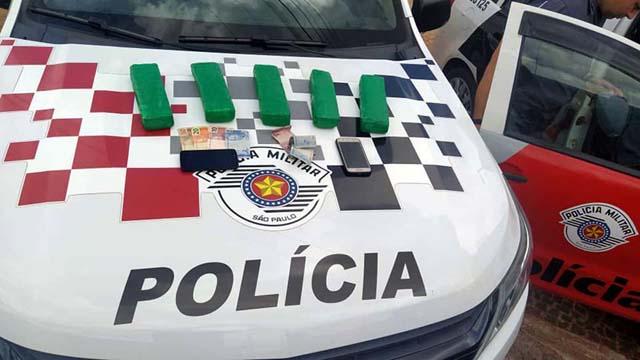 Foram apreendidos 5 tabletes de maconha, aproximadamente R$ 200,00 em dinheiro, celulares. Foto: MANOEL MESSIAS/Agência