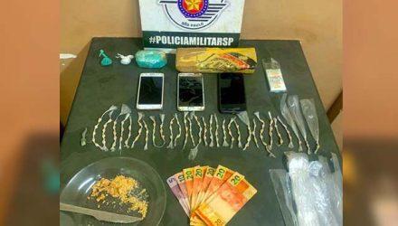 Foram localizadas porções de maconha, crack, e uma certa quantia em dinheiro, além de material para embalar a droga. Foto: DIVULGAÇÃO/PM