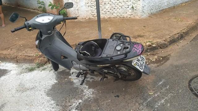 Motoneta Biz teve sua lateral destruída com a pancada do Uno. Foto: MANOEL MESSIAS/Agência