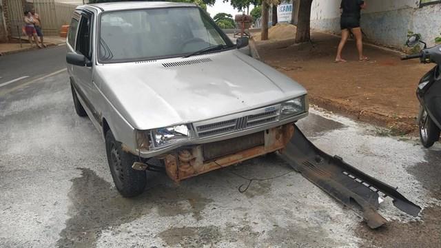 Fiat Uno teve arrancado o parachoque dianteiro. Foto: MANOEL MESSIAS/Agência
