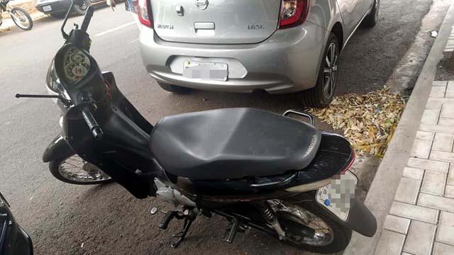 A motoneta Biz sofreu quebra do retrovisor esquerdo e riscos na carenagem. Foto: MANOEL MESSIAS/Agência