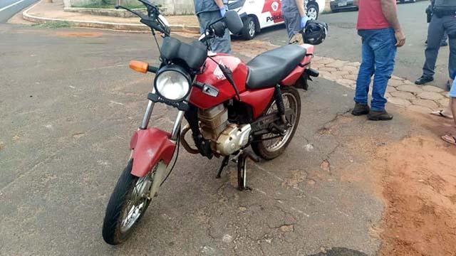 Motocicleta teve o guidão e bengalas entortados, quebra do retrovisor, amassamento no tanque e quebra do banco. Foto: MANOEL MESSIAS/Agência