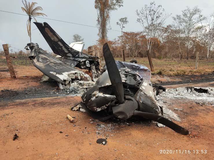 Avião boliviano bate em poste, explode e piloto morre na fronteira de Mato Grosso — Foto: Polícia Civil de Mato Grosso.
