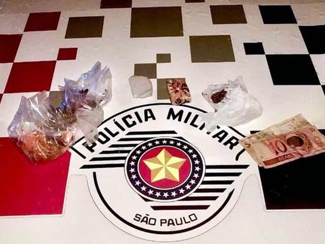 Foram apreendidas várias porções de maconha, que totalizaram aproximadamente 100 gramas. Foto: DIVULGAÇÃO/PM