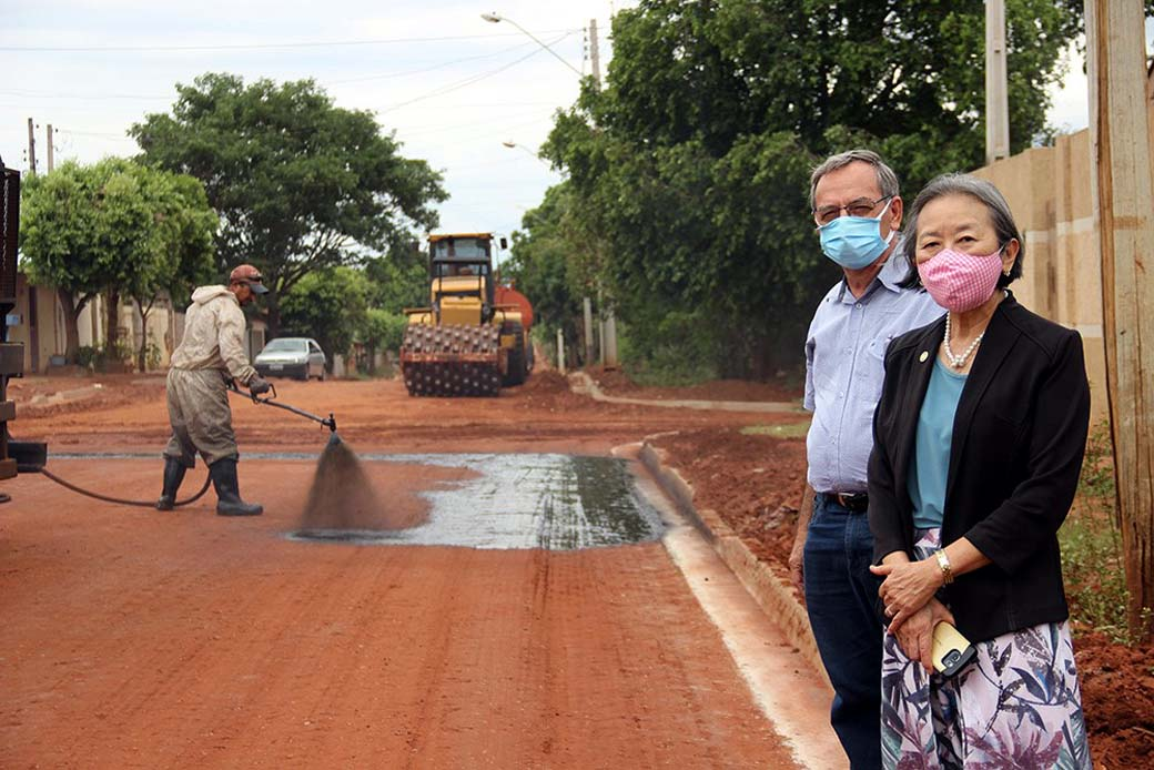Tamiko e secretário de Obras, Ernaldo Calvoso, em pavimentação na Rua Piauí. Foto: Secom/Prefeitura