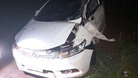 Honda Civic sofreu grande destruição após sofrer capotamento na rodovia da Integração. Fotos: DIVULGAÇÃO