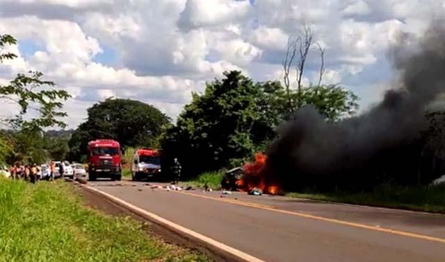 Corpo de Bombeiros foi acionado para apagar chamas de carro em Jales — Foto: Arquivo pessoal
