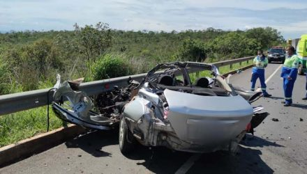 Carro bateu em caminhão e cinco pessoas morreram — Foto: Polícia Militar Rodoviária/ Divulgação