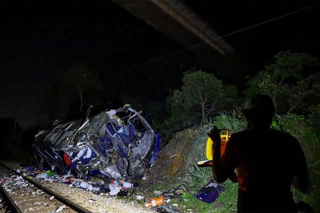 Equipe adentra a noite trabalhando no local do acidente em que ônibus caiu de viaduto em João Monlevade (MG) — Foto: Washington Alves/Reuters