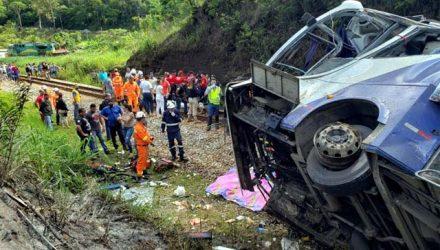 Bombeiros trabalham no local do acidente após ônibus cair de viaduto em João Monlevade, MG — Foto: Corpo de Bombeiros de MG/Divulgação via AFP