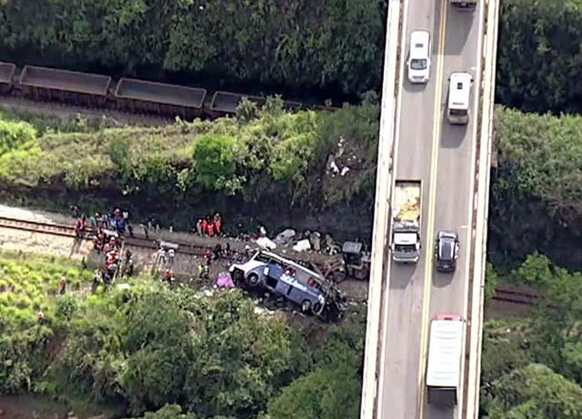 Imagem aérea mostra viaduto do qual o ônibus caiu — Foto: Reprodução/GloboNews