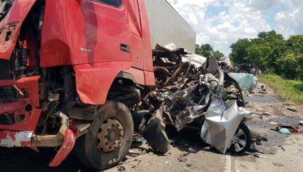Caminhonete fica destruída em acidente na BR-153, em Porangatu — Foto: Reprodução/TV Anhanguera