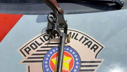 Foi apreendido um revólver calibre .38, da marca Colt, com uma munição. Fotos: DIVULGAÇÃO/PM