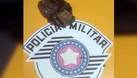 Foi apreendida uma porção de maconha pesando 24 gramas. Foto: DIVULGAÇÃO/PM