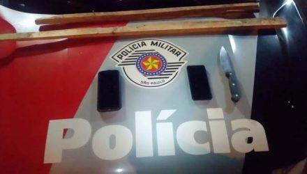 Foram apreendidos faca e telefones celulares encontrados com os acusados. Foto: DIVULGAÇÃO/PM