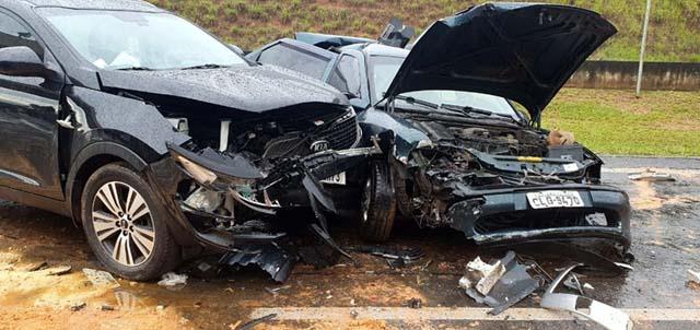 Força da batida deixou veículos destruídos em acidente no Km 111 da Rodovia dos Bandeirantes, em Sumaré (SP) — Foto: Polícia Militar Rodoviária/4º BPRv