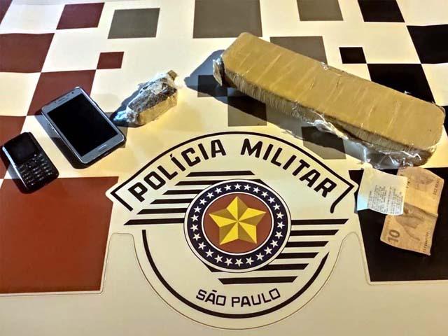 Foram apreendidos um tijolo de maconha e um pequeno tablete da mesma droga, celulares e R$ 20,00 em dinheiro. Foto: DIVULGAÇÃO