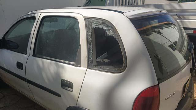 Vidro traseiro quebrado do Corsa foi quando motorista se envolveu em confusão na Av. Guanabara. Foto: MANOEL MESSIAS/Agência