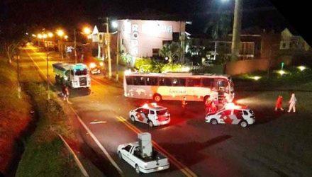 Motorista do ônibus disse que acionou a seta e iniciou a conversão para a vicinal de acesso ao Friboi, quando mototaxista atravessou o sinal vermelho e bateu. Foto: DIVULGAÇÃO