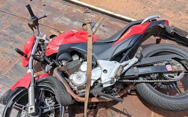 Motocicleta CB300, na cor vermelha ficou com a frente destruída. Foto: DIVULGAÇÃO