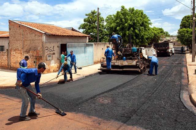 A prefeitura de Andradina deu prosseguimento ao asfaltamento na Santa Maria no bairro Barbarotto. Foto: Secom/Prefeitura