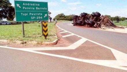 Carreta carregada com 37t de farelo de soja tombou no trevo de Nova independência. É o quarto acidente no local em um ano, um deles com vitima fatal. Fotos: DIVULGAÇÃO
