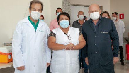 O vice prefeito Paulo Assis (esq.), com o secretário municipal de Saúde, João Leme e a enfermeira que tomou a 1ª vacina de Covid. Foto: Secom/Prefeitura