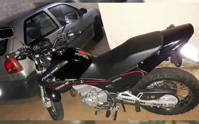 Motocicleta foi furtada enquanto estava estacionada na calçada da namorada do proprietário. Foto: DIVULGAÇÃO